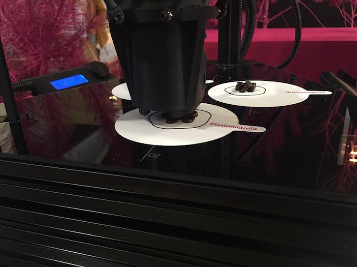 V rámci instalace #tastemagenta se T-Mobile pustil do 3D tisku čokolády, foto: MediaGuru.cz.