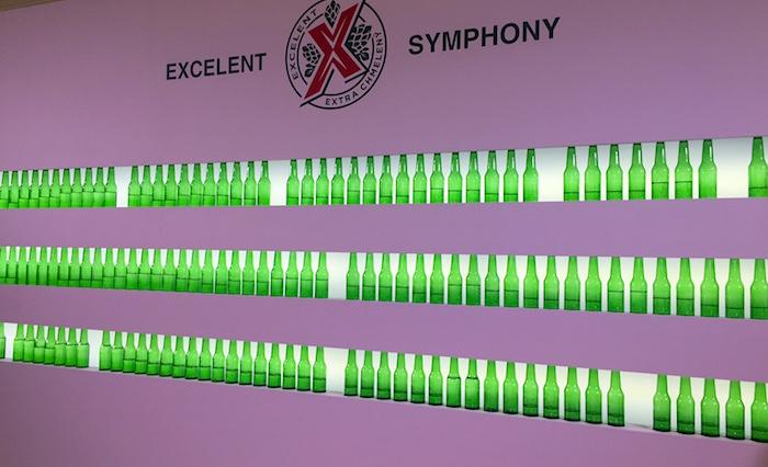 Na instalaci Excelent Symphony si lze zahrát na lahve, foto: MediaGuru.cz.