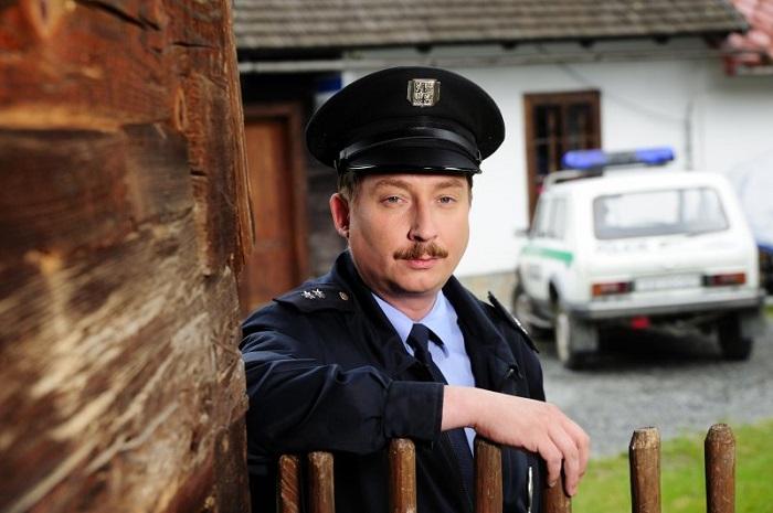 Robert Mikluš v roli strážmistra Topinky v seriálu Doktor Martin, foto: Česká televize