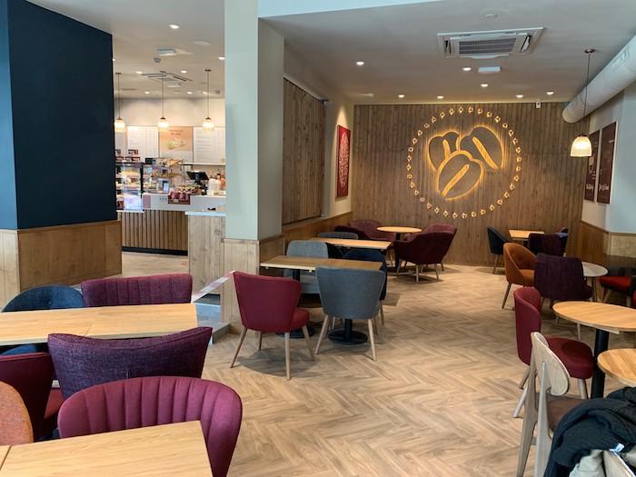 Nová kavárna v pražské pasáži Fénix na Václavském náměstí je jako první pobočka Costa Coffee provedena v designu Spektrum, zdroj: Costa Coffee.