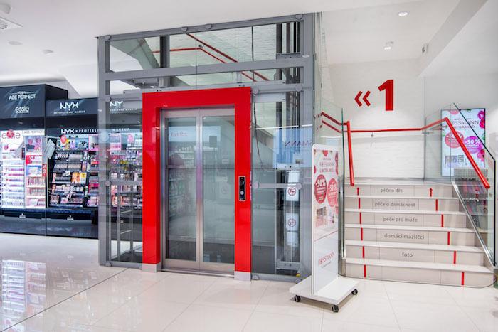 Do patra mohou zákazníci vyjet i výtahem, zdroj: Rossmann.