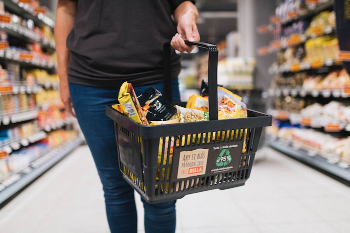 Nové nákupní košíky řetězce Billa jsou vyrobeny ze 75 až 95 % z recyklovaného plastu, zdroj: Billa.