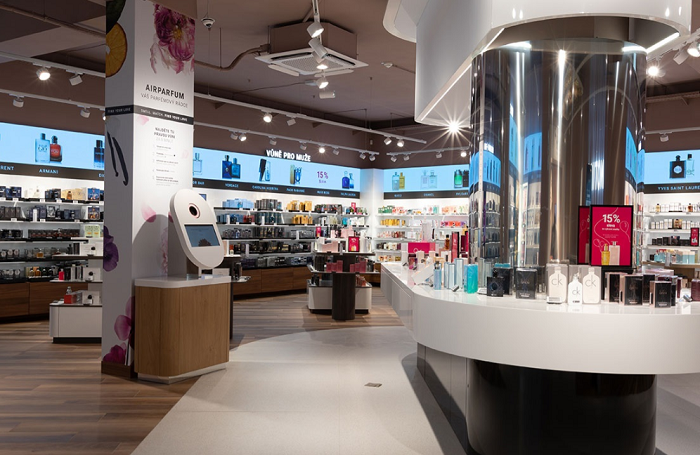 Přes patentovaný přístroj AirParfum si zákazníci mohou vyzkoušet desítky vonných složek bez jakéhokoliv zatížení, a vybrat si tak parfém přesně na míru, zdroj: Notino.