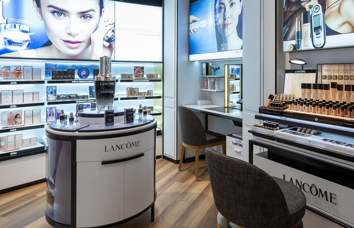 Na prodejně jsou make-upová a vlasová studia, kde se mohou zákazníci nechat nalíčit nebo učesat, zdroj: Notino.
