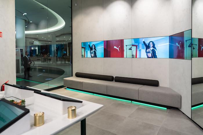 Místo regálů s oblečením a botami zákazníci v prodejně najdou velkoformátové displeje prezentující aktuální nabídku, zdroj: Nanovo.