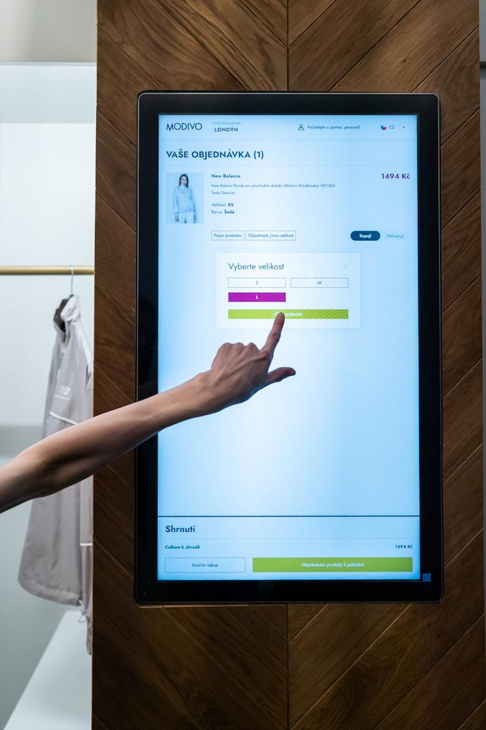 Zkušební kabinky jsou interaktivní, do tří minut od objednání tam budou doručeny vybrané produkty ze skladu situovaného přímo v obchodě, zdroj: Nanovo.