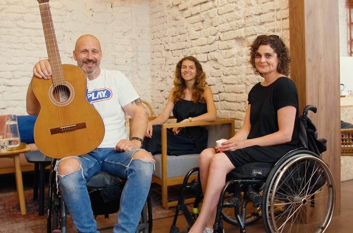 Ve spotu se objeví sami zaměstnanci, zleva prodejce Petr Pokorný, vedoucí prodejny Tereza Petrboková a další zaměstnankyně Hvězdného bazaru, zdroj: ZOOT