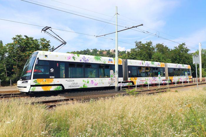 Dm drogerie markt nasazuje do kampaně i brandovanou tramvaj, zdroj: Dm drogerie markt.