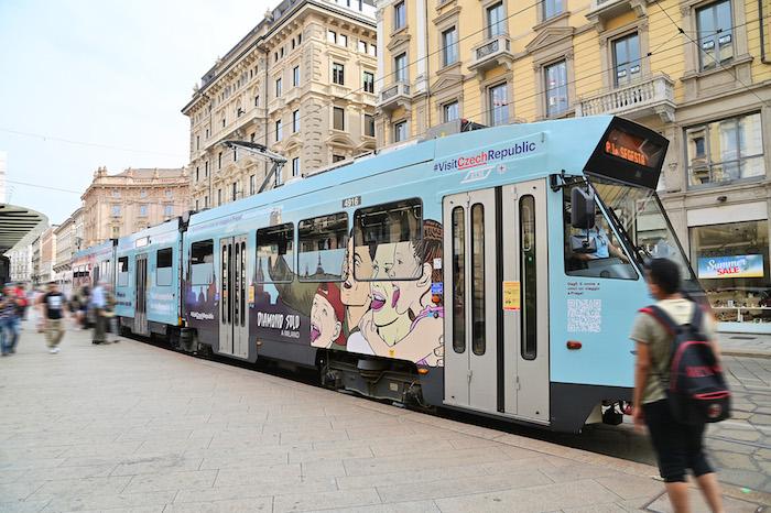 Na novou mural upozorňuje i celobrandová tramvaj, zdroj: CzechTourism.