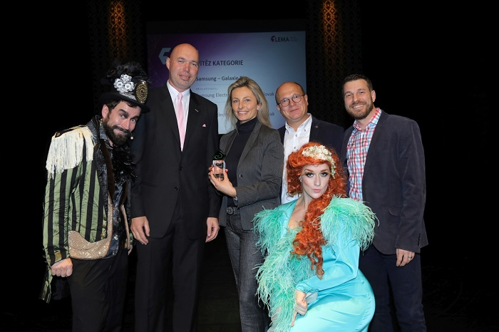 Tereze Vránková ze Samsungu (uprostřed) s Grand Prix za kampaň Samsung Galaxie Rio, foto: Flemedia