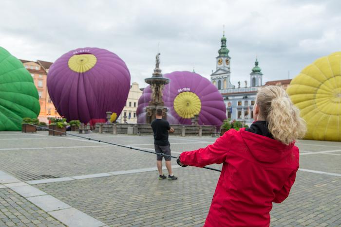 Příprava horkovzdušných balónů na náměstí v Českých Budějovicích
