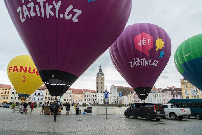 Horkovzdušné balóny firmy Zážitky.cz na náměstí v Českých Budějovicích