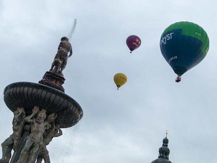 Stoupající balóny v rámci kulturní akce Koncert v balónu