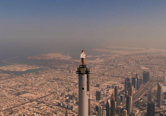 Z natáčení reklamy na špičce nejvyšší budovy světa Burdž Chalífy, tyčící se 828 metrů nad zemí, zdroj: Emirates