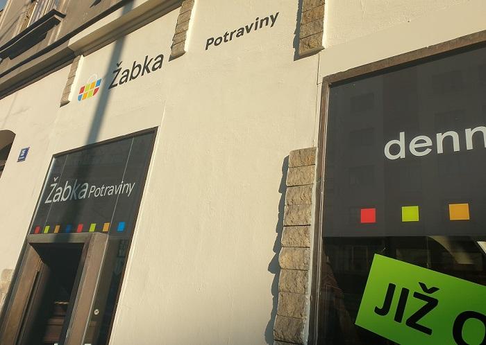 U obchodu na Poříčí bylo vzhledem k umístění v centru Prahy, tedy v památkové zóně, místo standardního použití loga využito písmomalířství, zdroj: Tesco/Žabka