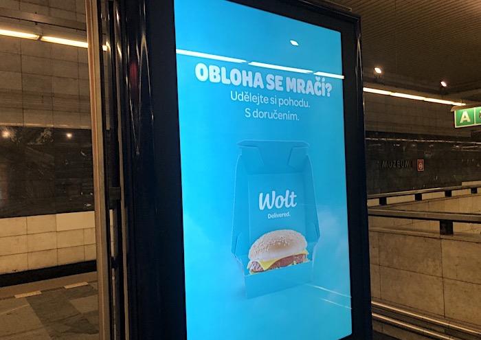 Reklamní sdělení na 17 citylightech v pražském metru se mění podle aktuálního počasí, foto: MediaGuru.