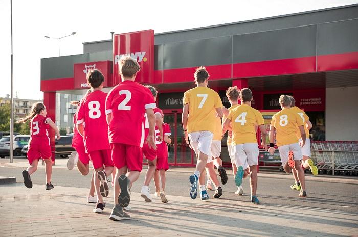 Nová reklama se natáčela v srpnu v prodejně Penny v Praze-Uhříněvsi s týmy z TJ Sokol Lány a Základní škola Rousínov, zdroj: Penny
