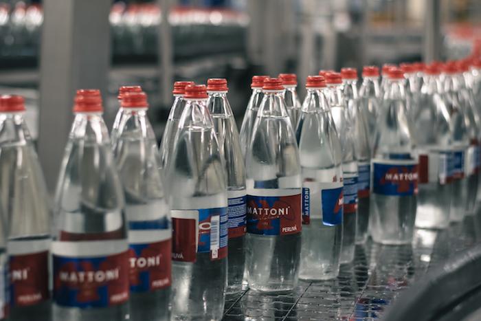 Od pátku 10. září stáčí Mattoni svou minerální vodu do vratných skleněných lahví, zdroj: Mattoni 1873.