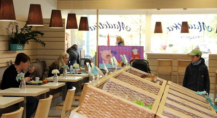 Madetka nabízí také snídaňová menu, čerstvé bagety, vybrané lahůdky, různé sladké dezerty, kávu…, foto: Madeta