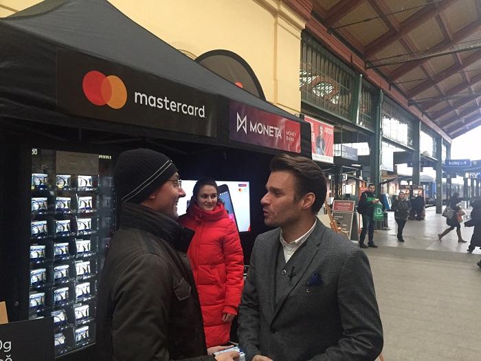Leoš Mareš si zkusil koupit přes Android Pay máslo z máslomatu, foto: MediaGuru.cz.