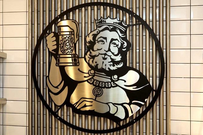 Důležitým prvkem jsou i nerezové trubky, navozující atmosféru pivovaru.