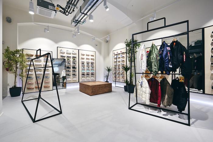 Interiér si hraje se solitérními stojany na oblečení ve formě  naddimenzovaných nákupních tašek ad9661e90a5