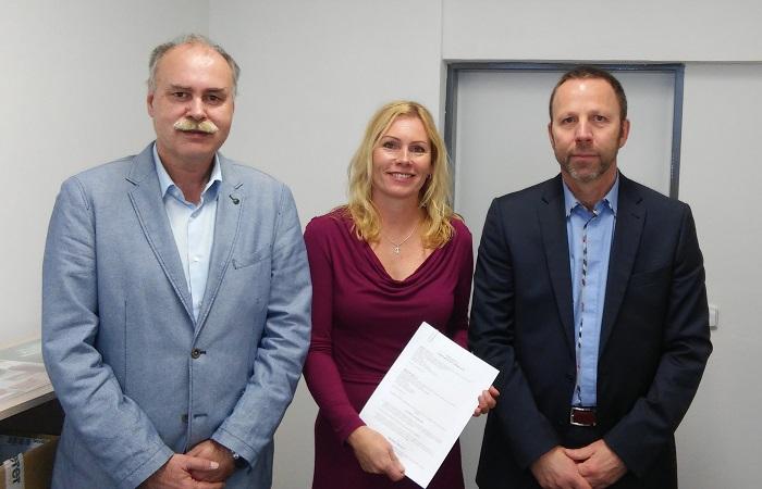 Jednatelka Radmila Pospíšilová po podpisu smlouvy, foto: Mobilboard