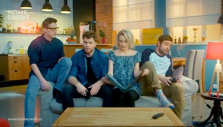 Home Credit v nové kampani zkouší formát sitcomu, foto: repro Home Credit.