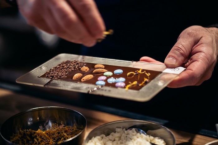 V rámci Čokoládového ateliéru si mohou návštěvníci vyrobit i domácí čokoládu, foto: Nestlé.