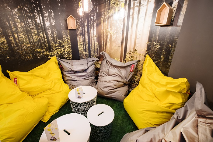 """Součástí Kavárny štěstí v Kolíně je i stylizovaný """"rentiérský"""" koutek s lesní tematikou, foto: Sazka."""