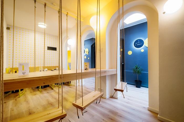V kavárně se nachází i odlehčený prostor se zavěšenými houpačkami, foto: Sazka.