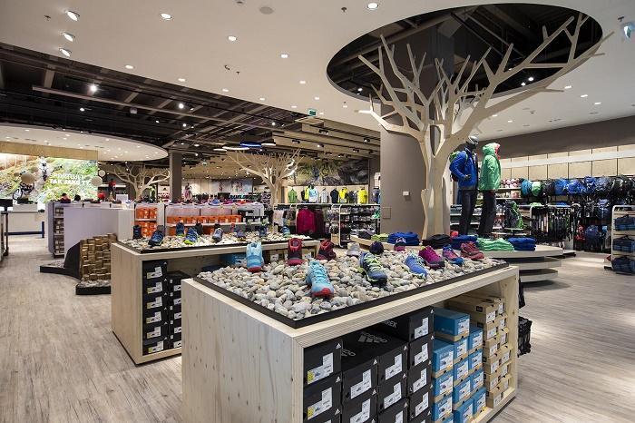 V interiéru pracuje nový koncept prodejny s kamenem a dřevem, foto: Intersport.