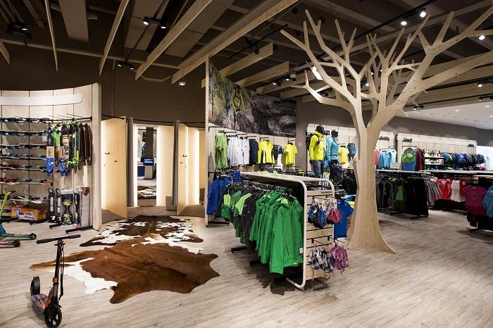Výrazným prvkem jsou imitace stromů, foto : Intersport.