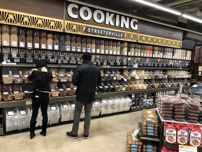 Jeden z mnoha pick & mix ostrůvků v obchodě Whole Foods Market, foto: Daniel Jesenský