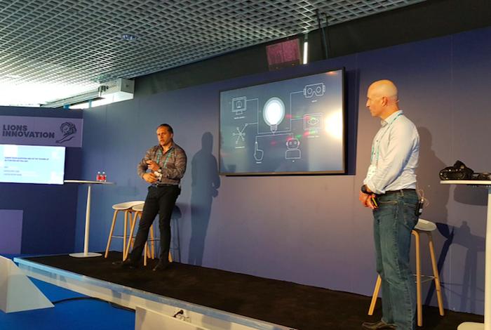 Adrian Leu ze společnosti Inition (vlevo) vypráví o budoucnosti virtuální reality, foto: Petr Miláček.