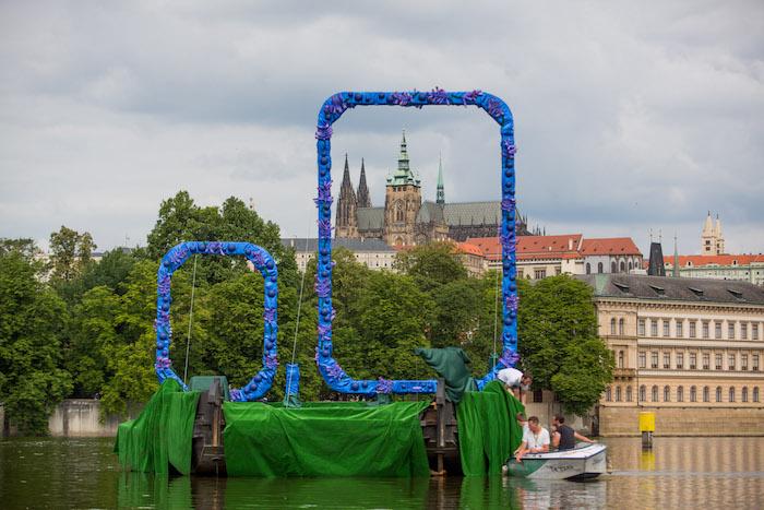 "Zlatopramen nainstaloval na Vltavu ""hrdé nuly"", foto: Heineken."