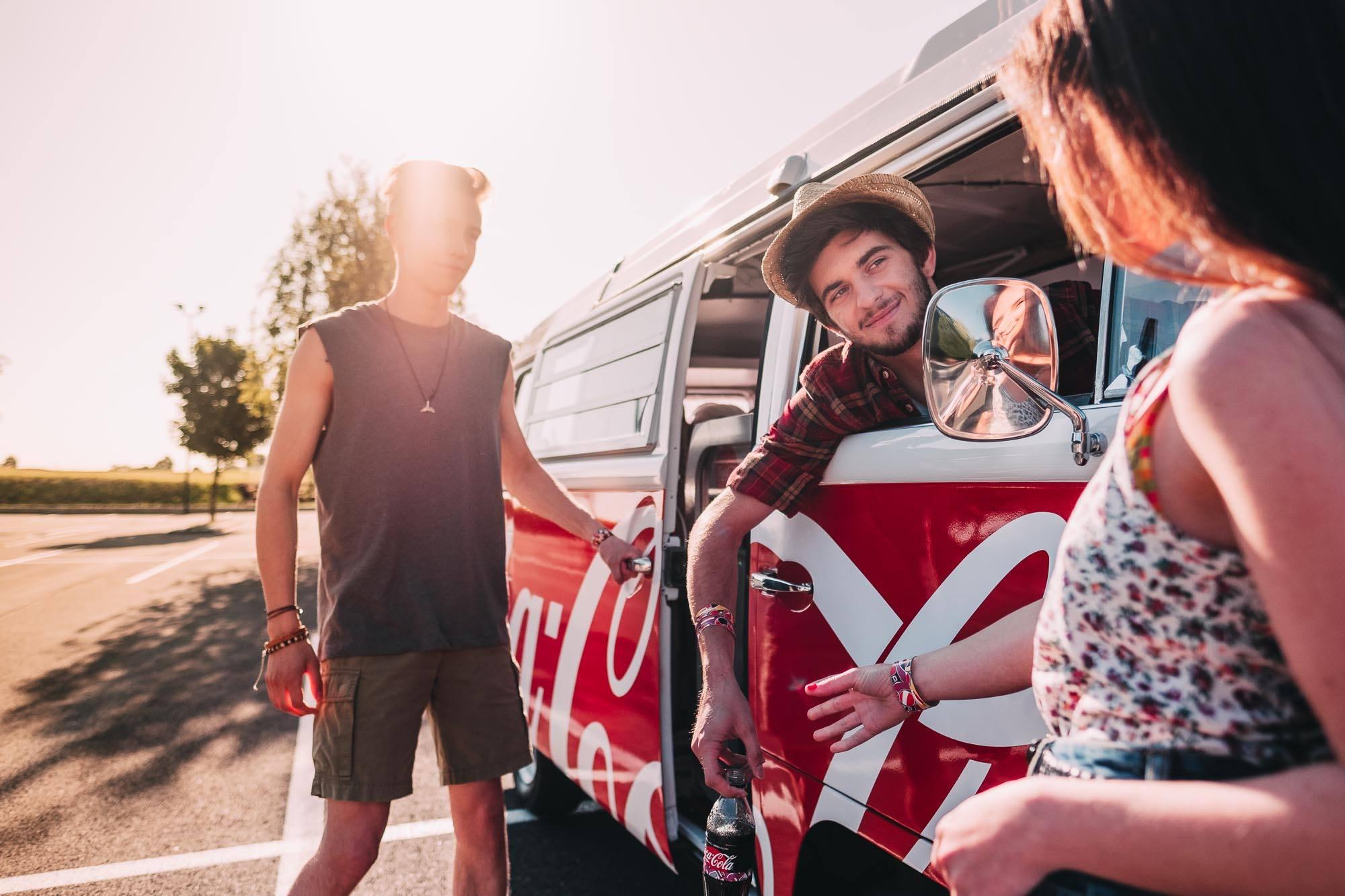 """Na sociálních sítích bude hrát hlavní roli """"Colin"""", s nímž budou vybraní influenceři cestovat po České republice a Slovensku, zdroj: FB Coca-Cola."""