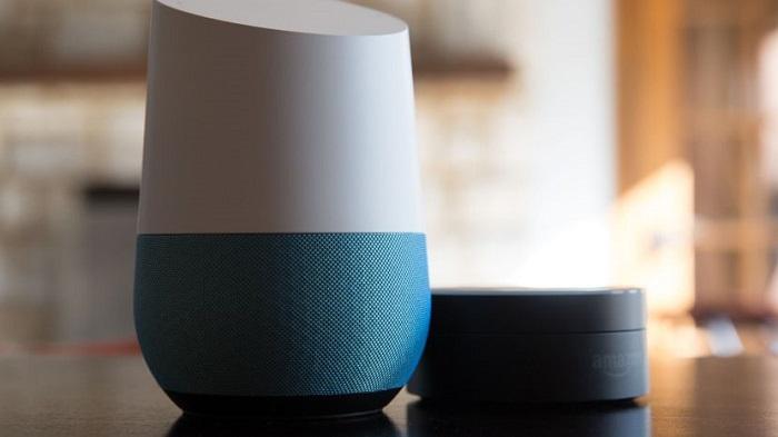 Zařízení Google Home na stole
