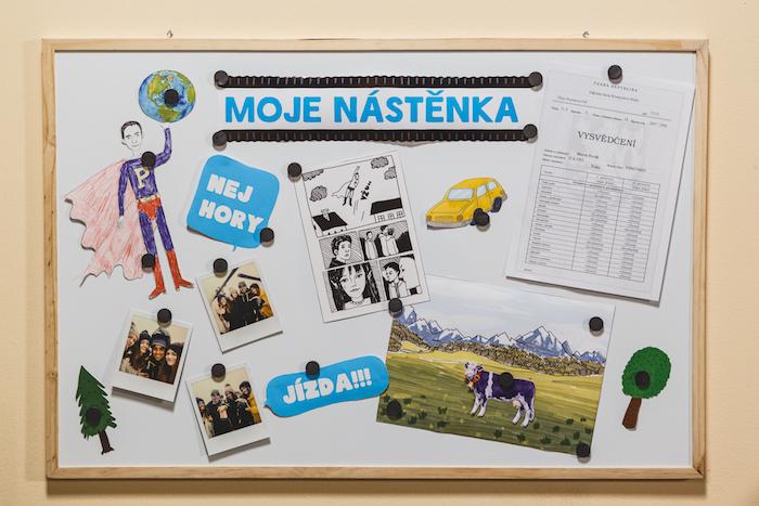 Z videoklipu hudební kapely Slza, Milka kráva na nástěnce není náhodou, zdroj: Mondelēz International.