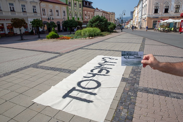 """Nápis """"Počemu"""" (""""Proč"""") na chodníku banskobystrického náměstí, zdroj: event2all"""