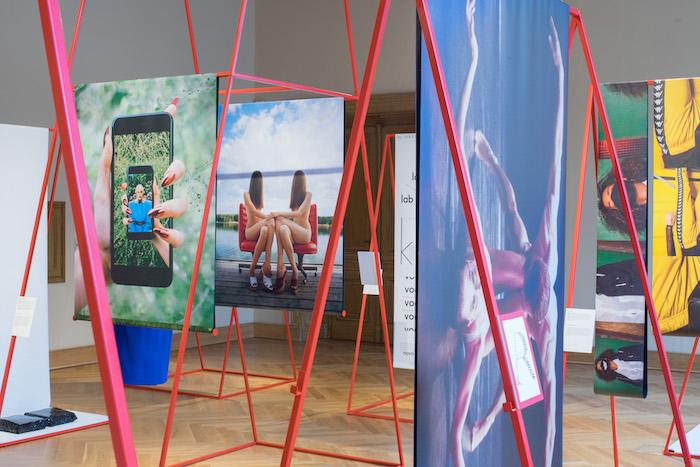 Koncept výstavy připravil kreativní ředitel časopisu Jan Králíček, kurátorem je Adam Štěch ze skupiny Okolo, foto: V24 Media.