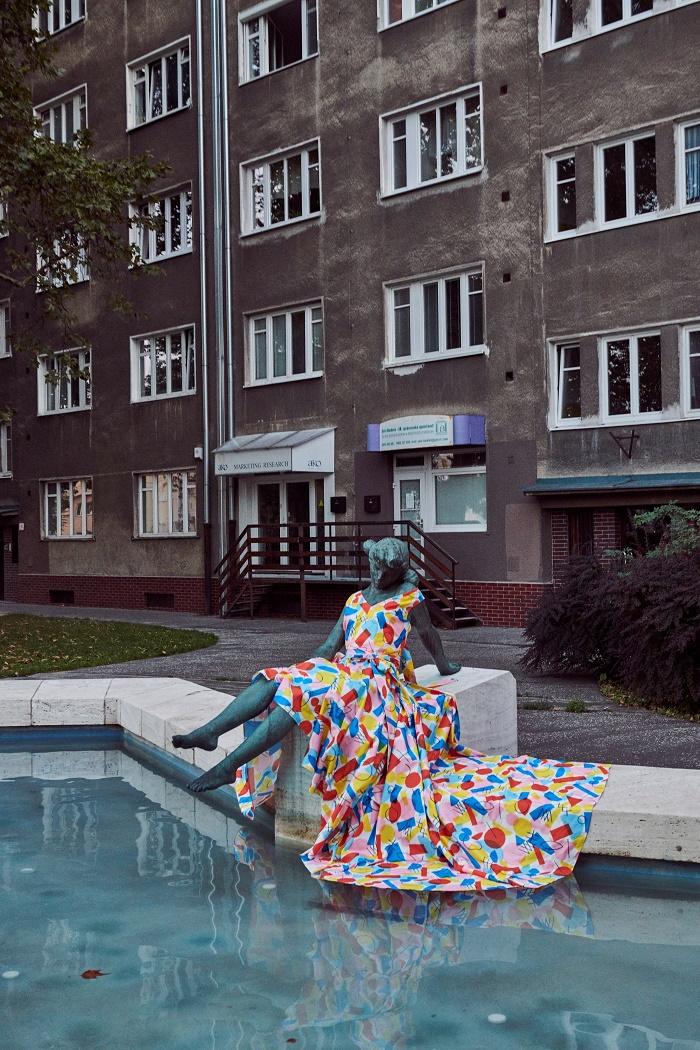 V Bratislavě oblékla sochy designérka designérka Lenka Sršňová, foto: V24 Media.