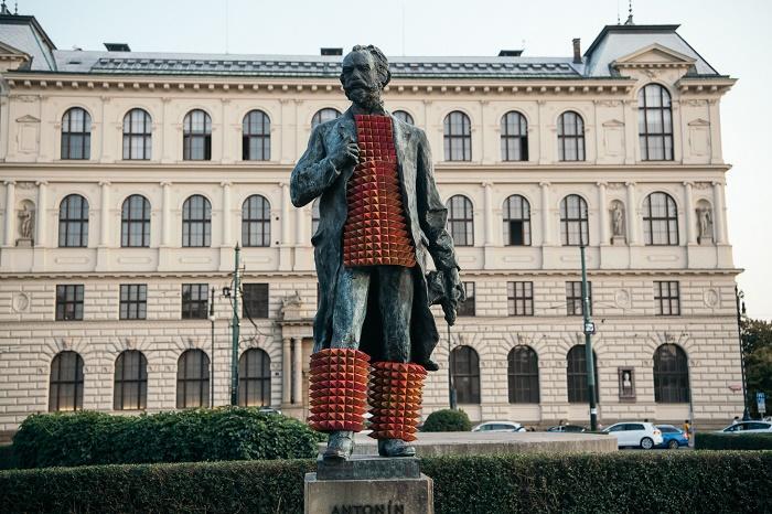 Obléknutím Antonína Dvořáka chtěl Michal Cimala upozornit na její nevhodné umístění, foto: V24 Media.