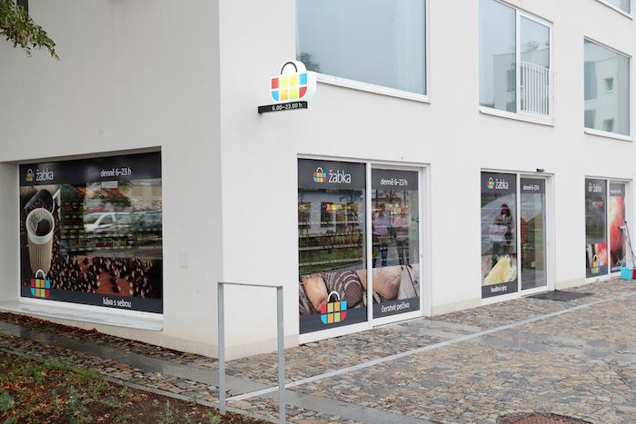 Nová prodejna Žabky v Řevnicích v bytovém komplexu Corso Pod Lipami, pod kterým je podepsaná architektka Alena Šrámková, zdroj: Tesco.