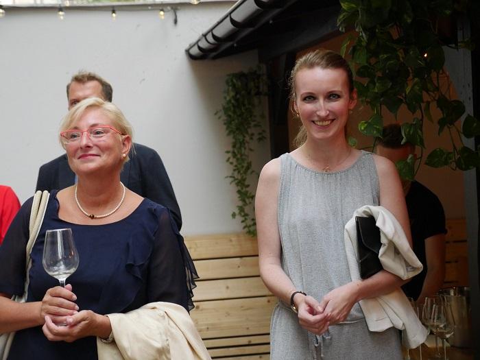 Večera se zúčastnila také Mluvčí roku 2018 Jitka Němečková z Plzeňského Prazdroje (vpravo), jež stojí vedle Luďky Raimondové, držitelky ocenění Síň slávy Zlatého středníku, zdroj: FB PR Klub.