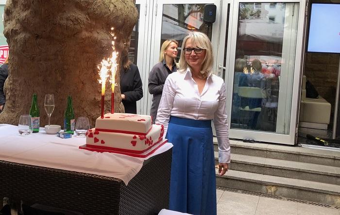 Generální ředitelka Petra Fundová s narozeninovým dortem.