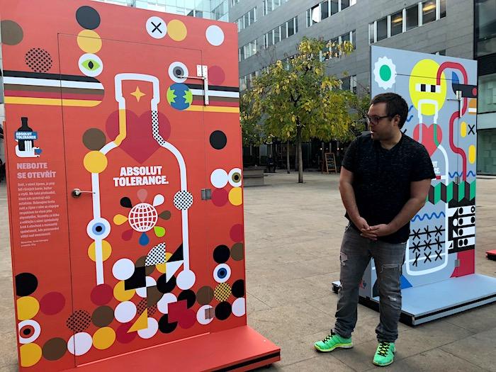 Grafický designér Pavel Fuksa u dveří, které vytvořil pro značku Absolut, foto: MediaGuru.cz