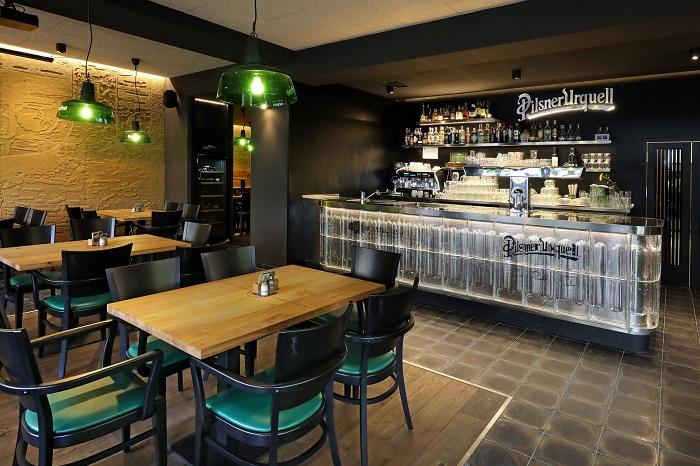 Interiér pracuje s kombinací černé, zelené a pískové barvy, zdroj: FB Plzeňka Olše.