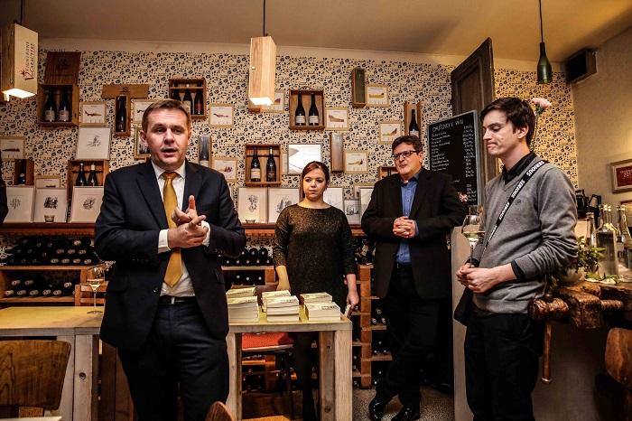 Šéfredaktor Reportéra Robert Čásenský na křtu knihy, v pozadí J. Hovorková a P. Šafr, foto: Forum 24