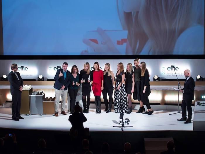 """Zástupci agentury Momentum a společnosti Ferrero přebírají cenu za kampaň """"Raffaello proti osamělosti"""", zdroj: FB AKA."""